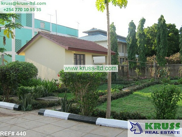 4 bedroom House on 1/4  own compound for rent in Shanzu